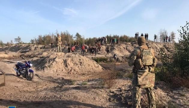 СБУ блокировала добычу янтаря на территории государственного лесхоза